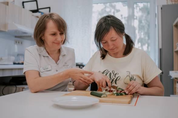 Эрготерапевт в клинике «Три сестры» помогает восстановить бытовые навыки