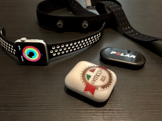 Основные фитнес-гаджеты Федерико Витичи: Apple Watch с приложением Activity, пульсометр Polar и блютуз-наушники Apple AirPods