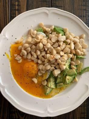 Питание на глубокой кетодиете: 3 яичных желтка, 1 белок, орехи макадамия, авокадо, оливковое масло.